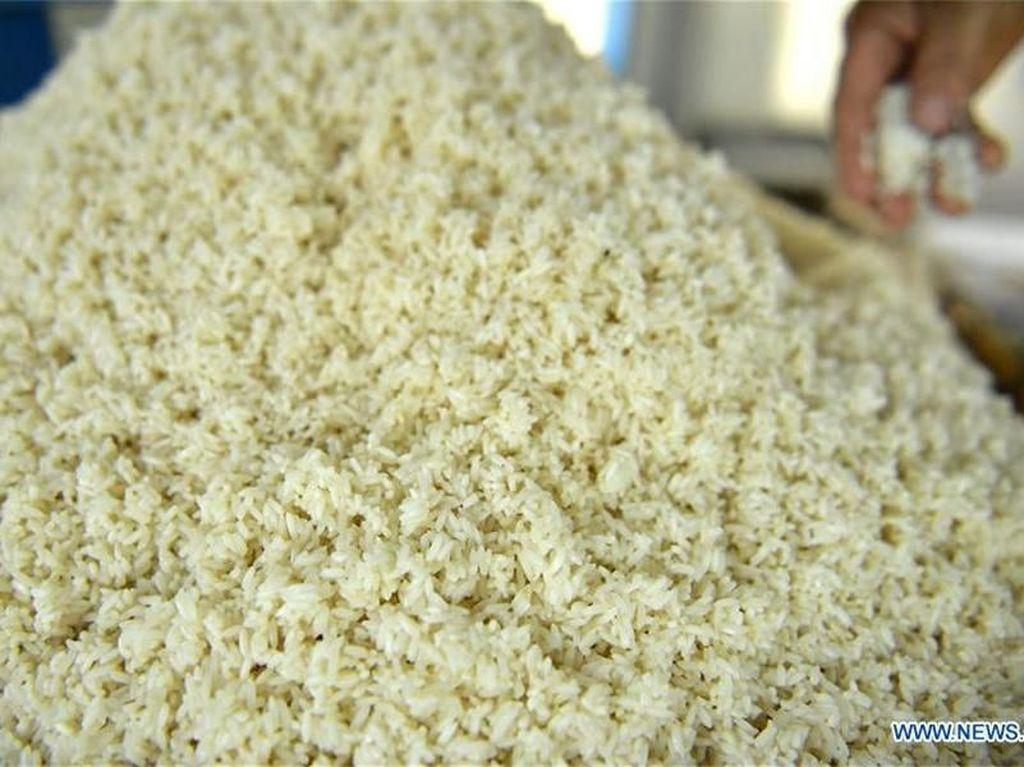 Bahan utamanya dari beras ketan. Beras ketan dicuci kemudian dikukus hingga matang. Foto: Istimewa