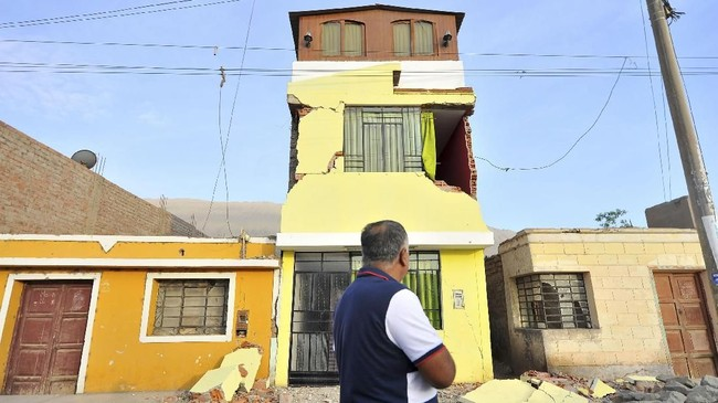 Gempa bumi merupakan fenomena alam yang kerap terjadi di Peru. Namun, banyak rumah yang dibangun dengan bahan tak tahan guncangan. (AFP PHOTO / STR)
