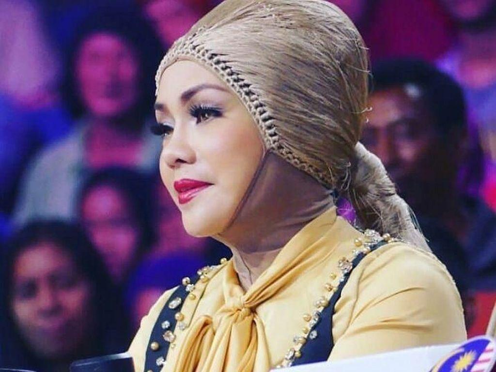 9 Gaya Hijab Unik Iyeth Bustami yang Disebut Mirip Wig Hingga Kemoceng