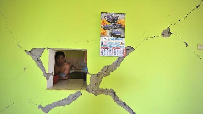 Sejumlah kota kehilangan daya listrik, dan banyak jalanan serta rumah-rumah runtuh. Banyak warga Lomas, salah satu kota di pesisir, dievakuasi setelah merasakan gempa susulan. (REUTERS/Diego Ramos)