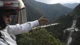 Para pekerja sedang sibuk mengerjakan proyek di atas salah satu jembatan di Kolombia pada Senin (15/1) ketika tiba-tiba jalur penyambung itu ambruk, menewaskan sepuluh orang di antara mereka. (AFP Photo/Raul Arboleda)