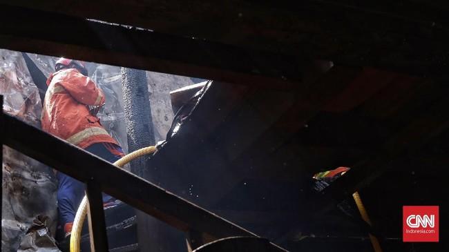 Api yang membakar gedung C Museum Bahari bisa dijinakkan petugas sekitar pukul 11.00 WIB. (CNN Indonesia/Hesti Rika)