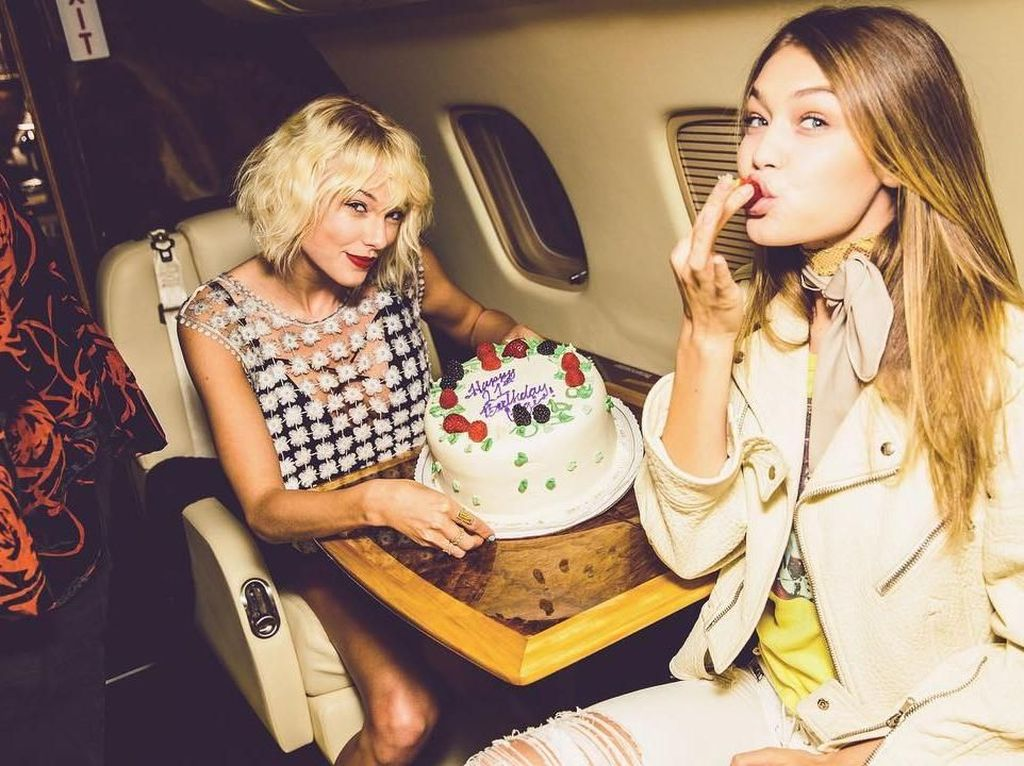 Tahun 2016, Gigi merayakan ulang tahunnya di atas pesawat. Nampak sahabat Gigi, Taylor Swift memegang cake bertuliskan Happy Birthday. Sweet! Foto: Instagram gigihadid