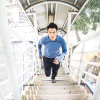 Lari menjadi hobinya nih, sampai-sampai larinya tidak hanya di lapangan saja, di tangga penyeberangan pun digunakan untuk berlari. Foto: Instagram @vjdaniel