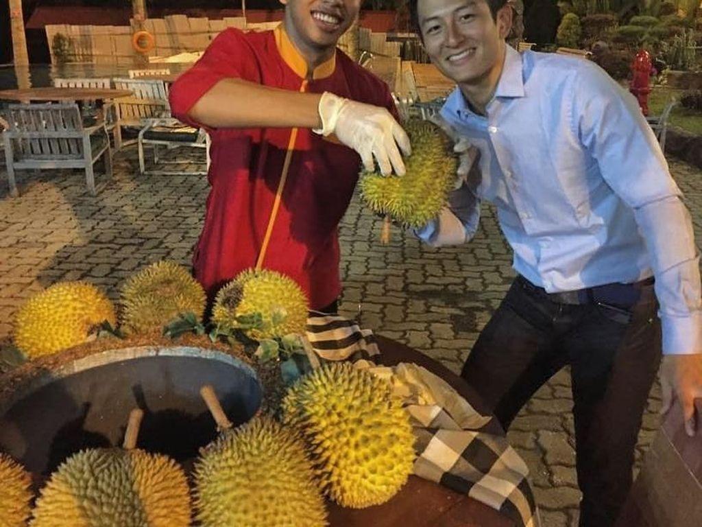 Senyum sumringah saat berfoto bersama durian ini membuktikan bahwa ia suka buah ini. Foto ini diambil saat Rio sedang berada di Riau. Foto: Instagram Rio Haryanto