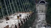 Badan pertahanan sipil Kolombia menyatakan, para pekerja saat itu sedang membenahi sistem saluran pembuangan. (AFP Photo/Raul Arboleda)