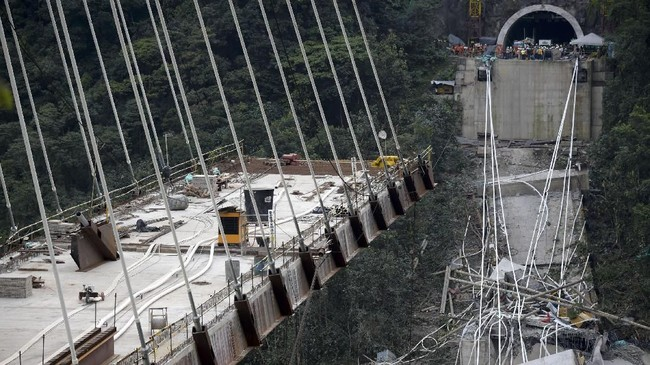 Presiden Kolombia, Juan Manuel Santos, mengatakan bahwa tim penyelamat kini juga sedang berkonsentrasi untuk mengevakuasi atau mencari jika ada korban lain. (AFP Photo/Raul Arboleda)