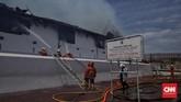 Gedung Museum Bahari, Jakarta Utara, terbakar saat gedung tengah kosong. Api terlihat sekitar pukul 08.55 WIB dan belum ada pengunjung yang datang ke museum tersebut, Senin (16/1). (CNN Indonesia/Hesti Rika)