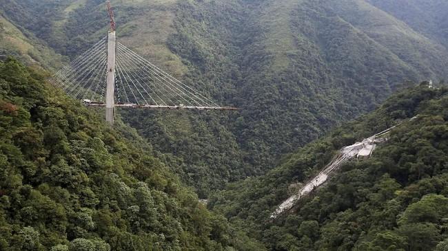 Dikenal dengan nama jembatan Chirajara, jalur yang sedang direkontstruksi itu nantinya akan menghubungkan Bogota dan Villavicencio. (Reuters/Jaime Saldarriaga)