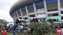 Warga Bandung Bersih-bersih Stadion GBLA yang Terbengkalai