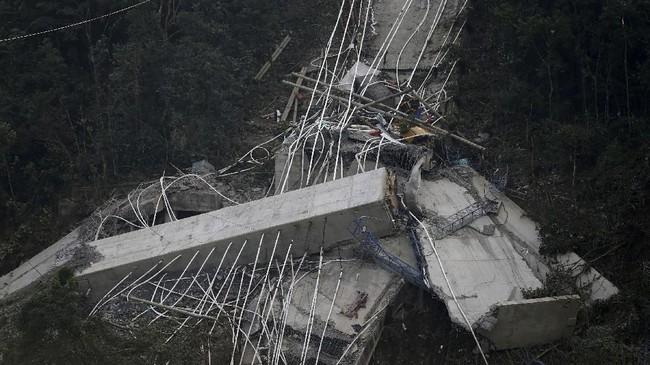 Perusahaan pengembang jembatan itu, Coviandes, masih bekerja sama dengan otoritas untuk menyelidiki penyebab insiden tersebut. (Reuters/Jaime Saldarriaga)