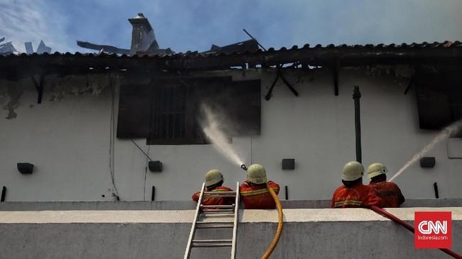 Setidaknya 20 unit mobil pemadam kebakaran gabungan dari Jakarta Utara dan Jakarta Barat dikerahkan untuk memadamkan api di museum yang berada di seberang pelabuhan Sunda Kelapa ini. (CNN Indonesia/Hesti Rika)