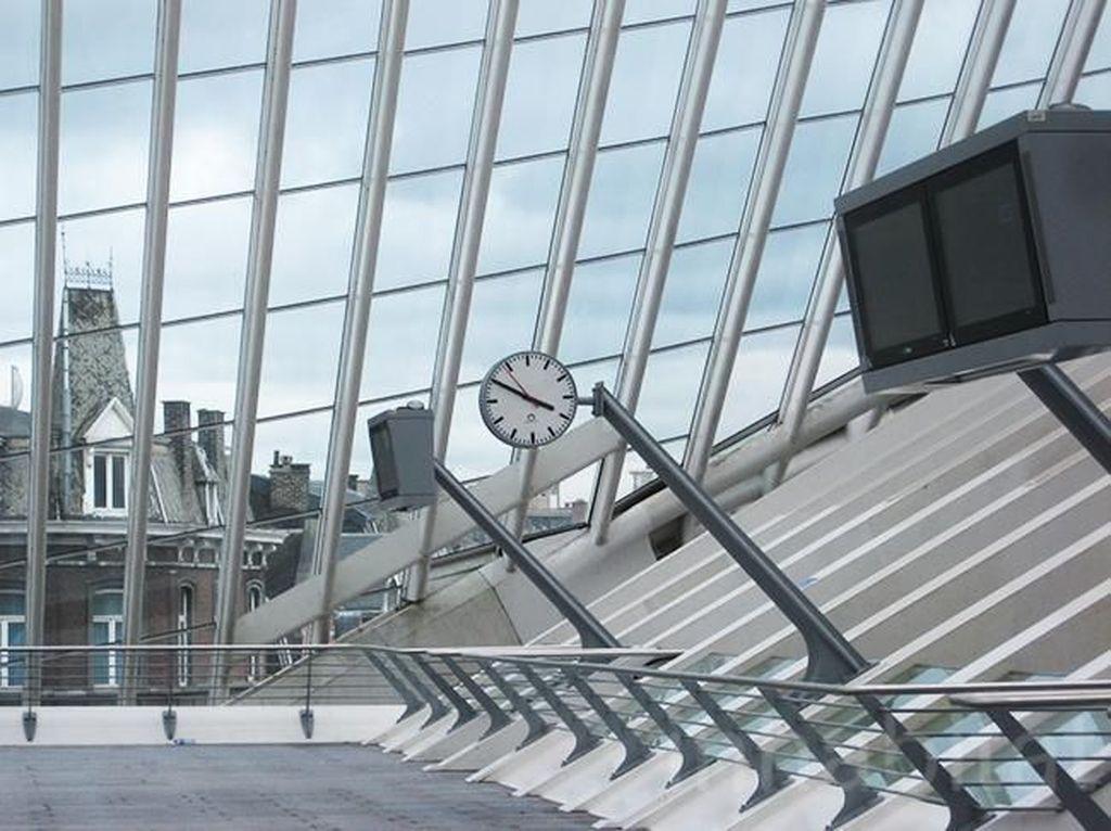 Keberadaan stasiun ini sendiri terlihat kontras dengan arsitektur bangunan di sekitarnya yang menggunakan konsep abad pertengahan. Istimewa/Inhabitat.