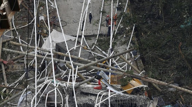 Hingga saat ini, belum diketahui pasti jumlah pekerja yang sedang mengerjakan proyek di jembatan tersebut ketika insiden terjadi. (Reuters/Jaime Saldarriaga)