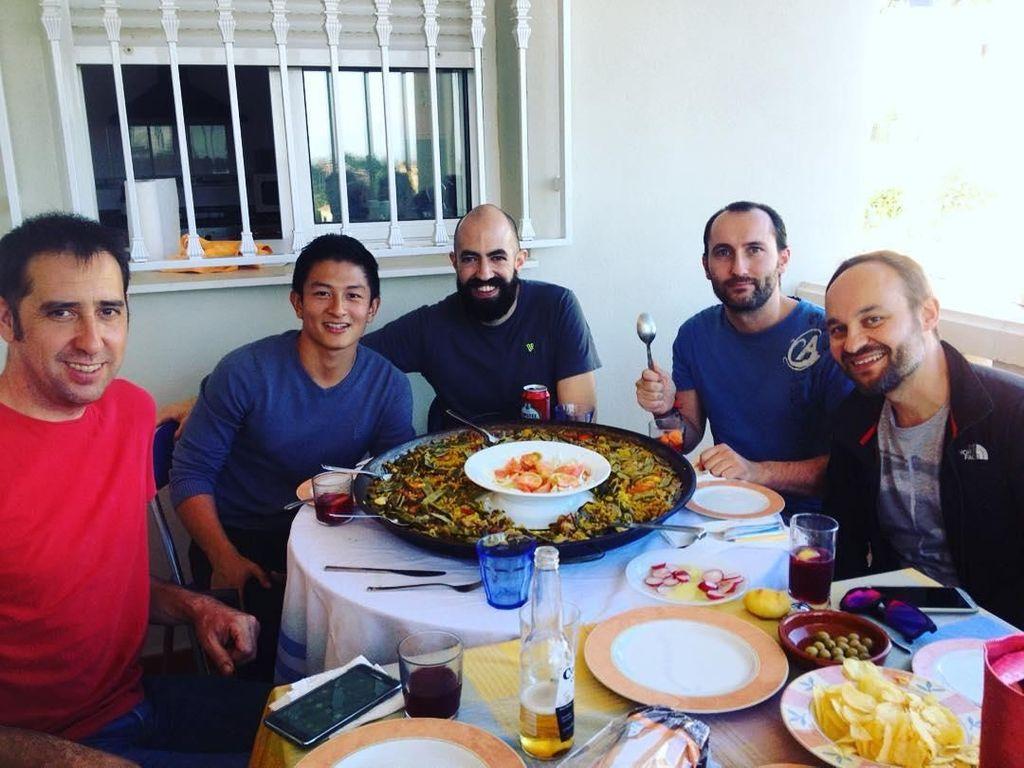 Wah, ada satu piring besar paella. Hiangan khas Spanyol ini berisi nasi bewarna kuning yang gurih dan sedikit manis. Biasanya diberi topping seafood. Seperti yang dimakan Rio ini, terlihat ada kerang dia atas paella. Foto: Instagram Rio Haryanto