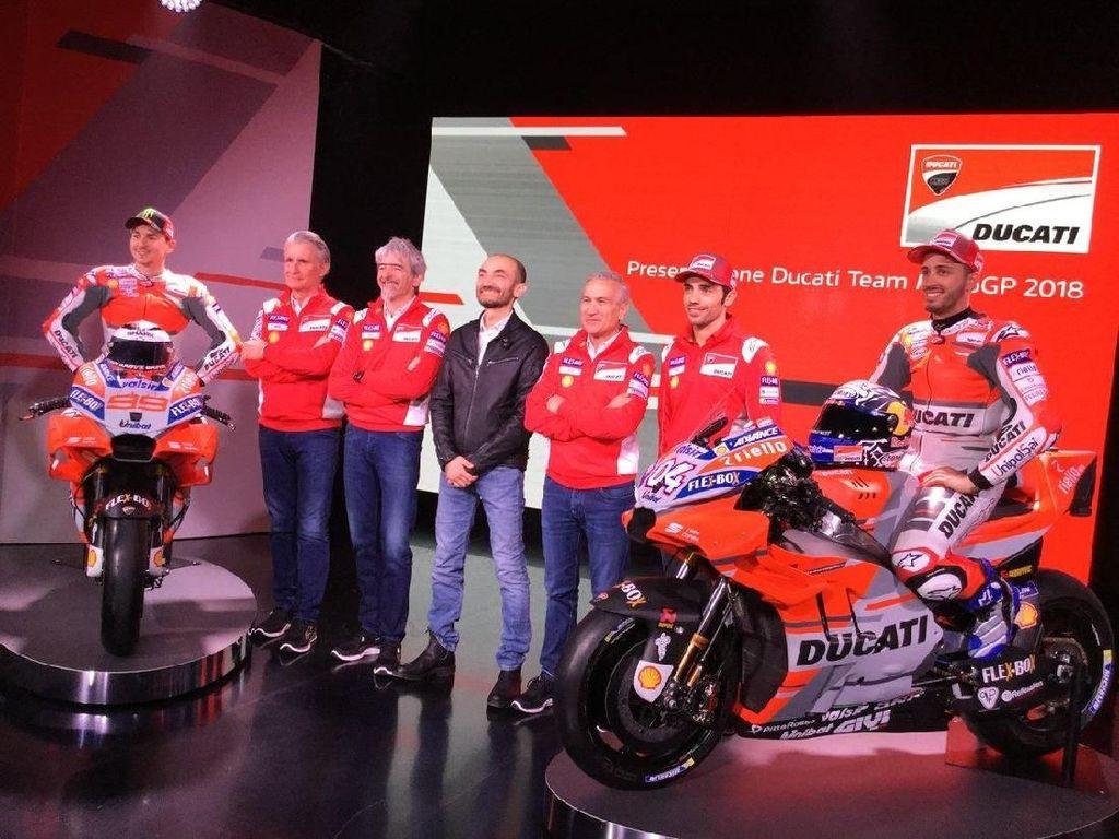 Dua pebalap Ducati; Dovizioso dan Lorenzo, CEO Claudio Dominecali, manajer umum Luigi DallIgna, manajer tim Davide Tardozzi, direktur olahraga Paolo Ciabatti, turut hadir dalam peluncuran itu. (Foto: Twitter @DucatiMotor)