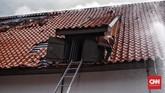 Petugas kebakaran mengatakan upaya mereka sempat disulitkan lapisan alumunium foil pada gedung yang membuat air sulit masuk ke dalam gedung dan titik api. (CNN Indonesia/Hesti Rika)