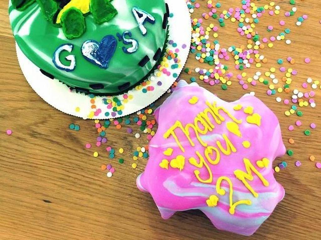 Saat ulang tahun adiknya, Anwar Hadid, Gigi bikin cake lho! Warnanya hijau dengan hiasan Dinosaurus. Ada juga kue bertuliskan THANK YOU FOR 2M karena followers Gigi mencapai 2 juta saat itu. Foto: Instagram gigihadid