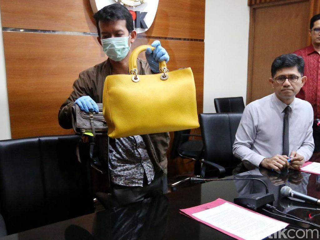 Penyidik menyita tas bermerek berjumlah 40 buah, sepatu, jam tangan, dan perhiasan lainnya, kata Wakil Ketua KPK Laode Syarif.
