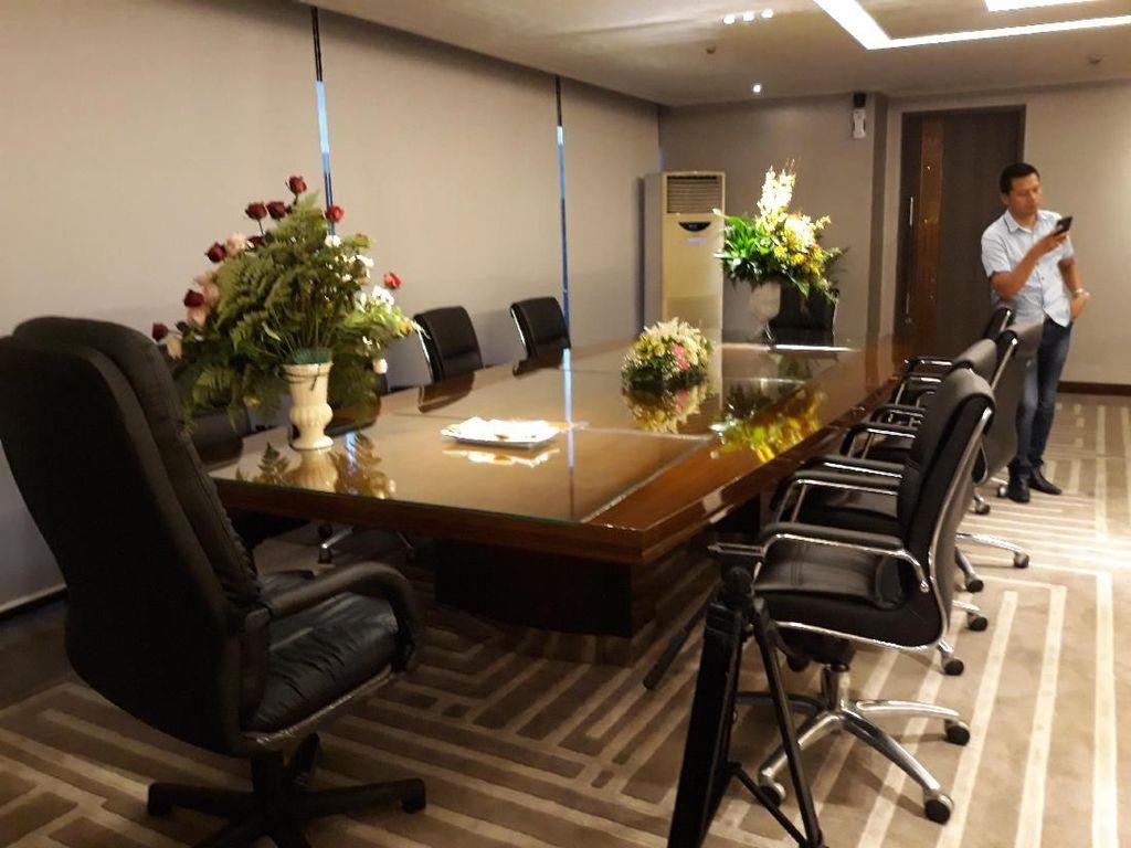 Ada sejumlah karangan bunga ucapan selamat atas dilantiknya Bamsoet sebagai ketua DPR.