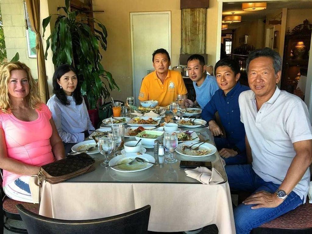 Ini saat pembalap muda itu makan bersama keluarganya di Los Angeles, Amerika. Ada salah satu netizen dengan nama akun @anisarmdhnii_ yang justru memperhatikan ibunda Rio dan berkomentar Ibu cantik banget ya kak eheheh. Foto: Instagram Rio Haryanto