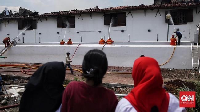 Kebakaran di museum yang menyimpan sejarah kemaritiman Indonesia ini tak luput dari perhatian warga yang ingin menyaksikan langsung perjuangan para pemadam kebakaran mengatasi api yang menjalar. (CNN Indonesia/Hesti Rika)