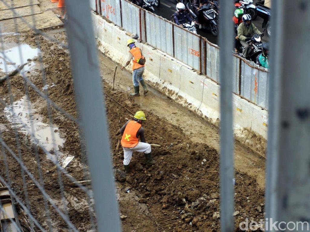 Pekerja meratakan tanah di lokasi proyek LRT Jabodebek.