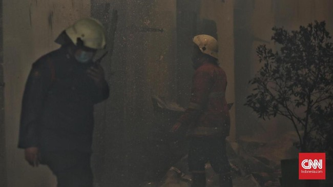 Petugas pemadam kebakaran mencoba menjinakkan api yang melahap Gedung C di komplek Museum Bahari. (CNN Indonesia/Hesti Rika)