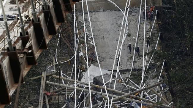 Yang jelas, sembilan orang tewas di lokasi, sementara satu lainnya mengembuskan nafas terakhir setelah dilarikan ke rumah sakit. (Reuters/Jaime Saldarriaga)