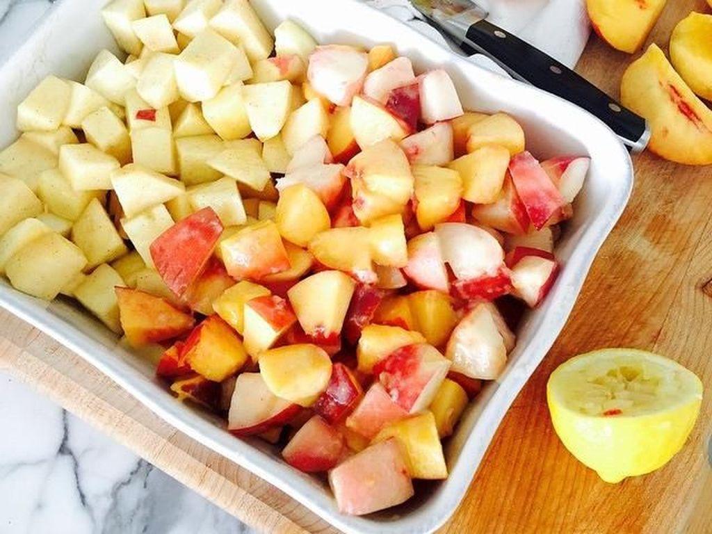 Foto ini jadi salah satu bukti kalau Gigi gemar masak. Ia menyiapkan potongan apel dan peach untuk membuat apple peach crumble. Foto: Instagram gigihadid