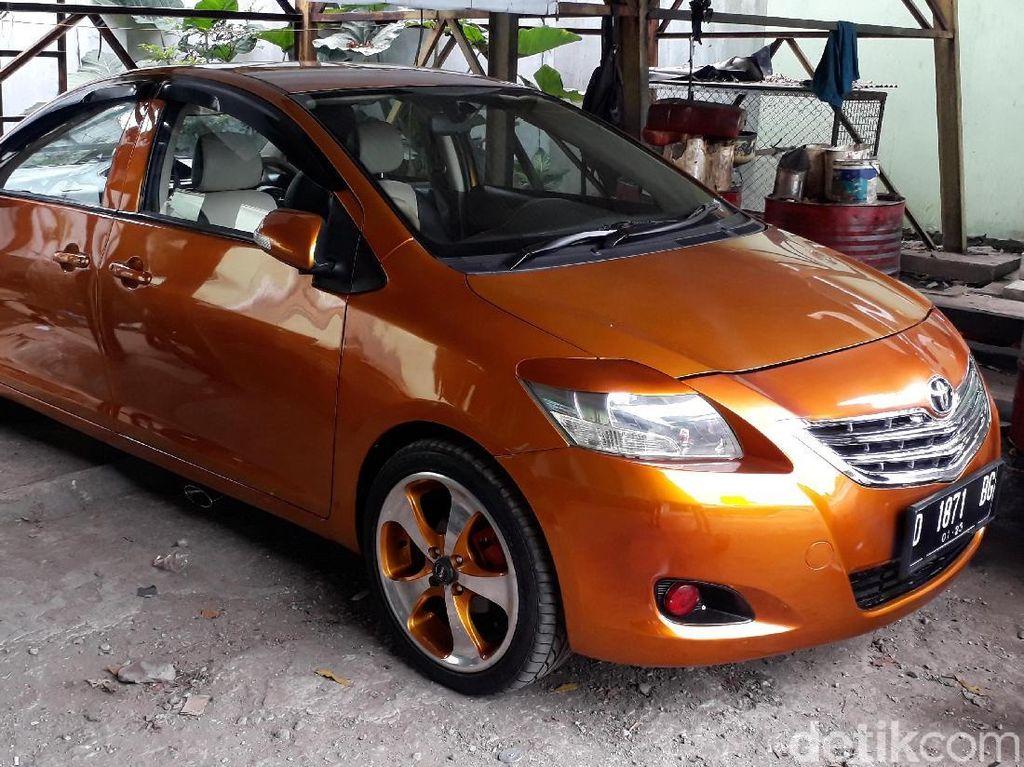 Penampakan Mobil Bermuka Dua di Bengkel Bandung