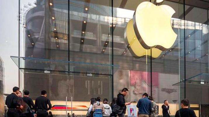 Penyebaran virus corona di China menurun drastis mendorong Apple kembali beroperasi penuh. Mulai hari ini 42 Apple Store (toko Apple) di China kembali dibuka.