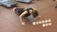 Di gym, Luhan tak lupa berlatih dengan gerakan klasik seperti push up untuk mengoptimalkan pembentukan ototnya. (Foto: Twitter/sehhunie)
