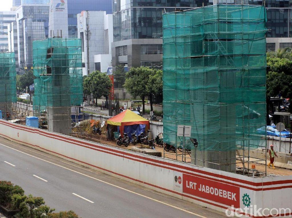 Para pekerja terus mengerjakan pembangunan LRT.