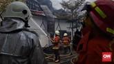 Upaya petugas yang menjinakkan api berhasil setelah sekitar dua jam berjuang sejak sekitar pukul 09.00 WIB. (CNN Indonesia/Hesti Rika)
