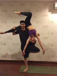 Meski memiliki gerakan dasar yang sama dengan yoga pada umumnya, acroyoga bercampur dengan seni akrobatik. (Foto: Instagram/chelseaoliviaa)