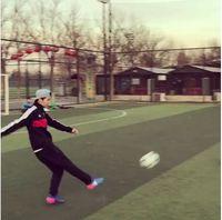 Di waktu senggangnya, pria yang berjuluk 'flower boy' ini memilih bermain sepakbola. (Foto: Instagram/7_luhan_m)