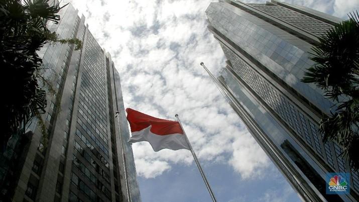 Aktifitas karyawan di Gedung Bursa Efek Indonesia, Jakarta, Selasa (16/1/2018). Paska tragedi ambruknya koridor di Tower 2 BEI kemarin (15/1), aktifitas hari ini berjalan normal meski sebagian karyawan yang berkantor di Tower 2 diliburkan.