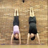 Pasangan awet ini juga dikenal gemar berolahraga bersama, yaitu Chelsea Olivia dan Glenn Alinskie. Mereka memilih olahraga acro yoga. (Foto: Instagram/@chelseaoliviaa)