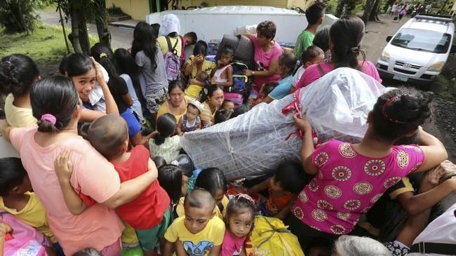 Badan vulkanologi menyatakan status Gunung Mayon pada level tiga dan bisa meletus kapan saja. (REUTERS/Stringer)
