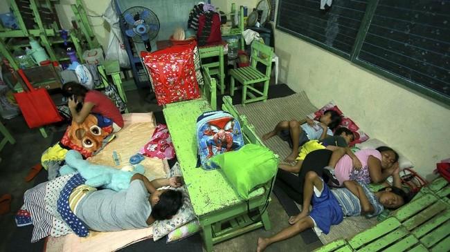 <p>Meski akan meletus, banyak wisatawan ingin mengunjungi Gunung Mayon yang memiliki pemandangan indah. (AFP PHOTO/CHARISM SAYAT)</p>