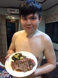 Ia juga memerhatikan dietnya dan menerapkan gaya hidup sehat. Pelan-pelan hasil jerih payah Mos mulai terlihat. (Foto: Facebook/Mos Sataporn Munchackun)