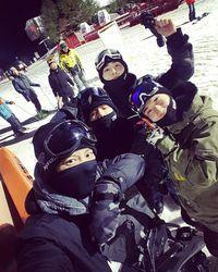 Saat berlibur, salah satu olahraga yang anak-anak EXO lakukan adalah ice skating. (Foto: Instagram/baekhyunee_exo)