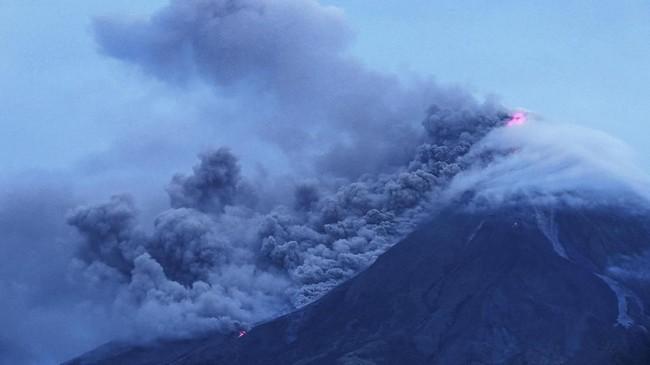 Gunung Mayon yang terletak di Kota Legazpi, Provinsi Albay mengeluarkan asap tebal pada 16 Januari 2018 lalu. (AFP PHOTO/CHARISM SAYAT)