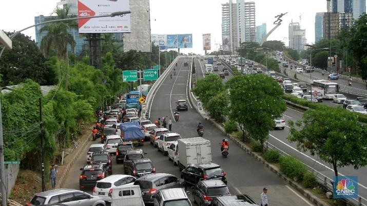 Sejumlah kendaraan melintasi Flyover Pancoran, Jakarta, Rabu (17/1/2018). Dinas Perhubungan (Dishub) DKI Jakarta mencatat, uji coba (open traffic) Flyover Pancoran yang dimulai sejak pukul 06.00 pada tadi efektif mengurangi kemacetan hingga 60 persen di jalan eksisting. Wakil Kepala Dishub DKI Jakarta, Sigit Wijatmoko mengatakan, berdasarkan hasil evaluasi lalu lintas sejak pukul 07.00-10.00, jumlah kendaraan yang melintas di sekitar kawasan Flyover Pancoran hanya berkisar 11.300 unit. Walau telah dibuka untuk umum, namun konstruksi Flyover Pancoran masih belum mengantongi Sertifikat Laik Fungsi atau SLF.