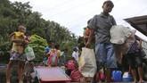 <p>Pemerintah Filipina telah mengevakuasi sedikitnya 30 ribu warga dari zona berbahaya. (REUTERS/Stringer)</p>