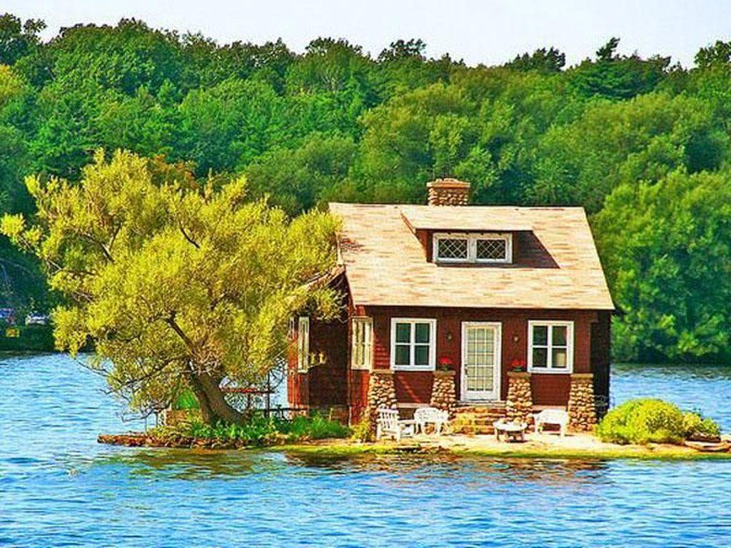 Masuk Rumah Ini Harus Panjat Tebing Hingga Seberangi Sungai