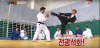 Baekhyun ternyata menguasai hapkido, bahkan memegang sabuk hitam dari cabang bela diri ini. Hapkido merupakan perpaduan antara judo, karate, aikido dan taekwondo. (Foto: YouTube)