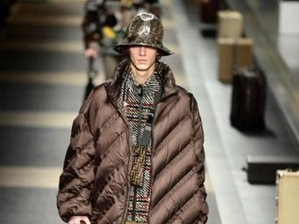 Foto: Tren Pakai Payung Topi dari Fashion Show Fendi