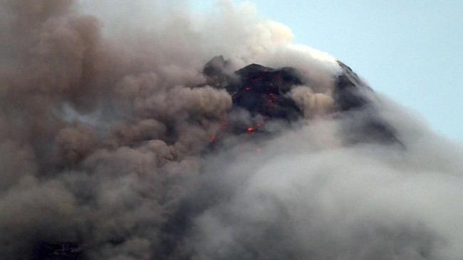 Asap tebal menyelimuti sebagian kawah Gunung Mayon seraya mengeluarkan debu dalam letusan-letusan kecil. (REUTERS/Stringer)